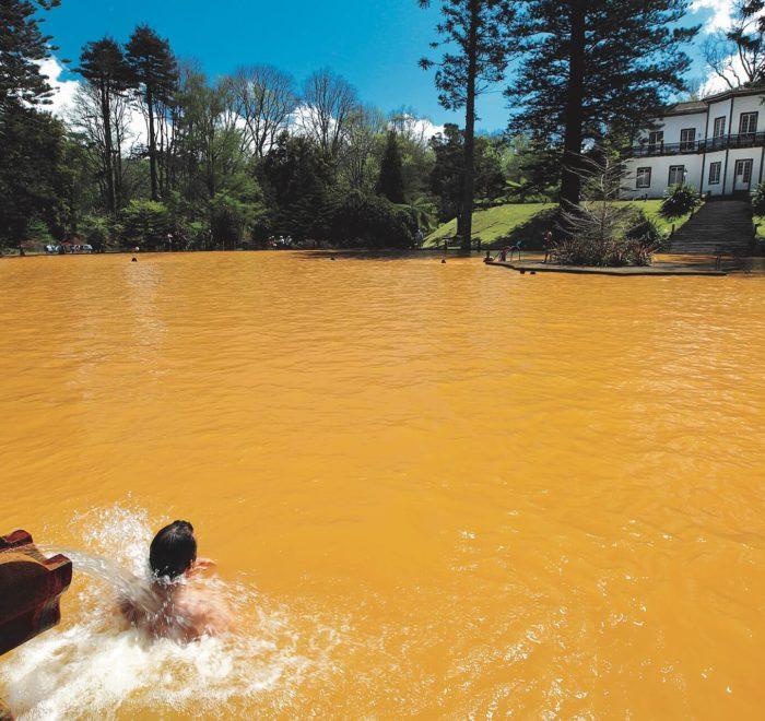 Détente dans la piscine naturelle du Terra Nostra | © Melo Travel