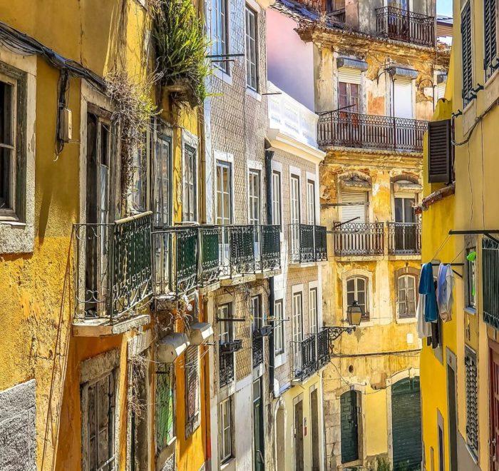 Se perdre dans les ruelles étroites de Lisbonne