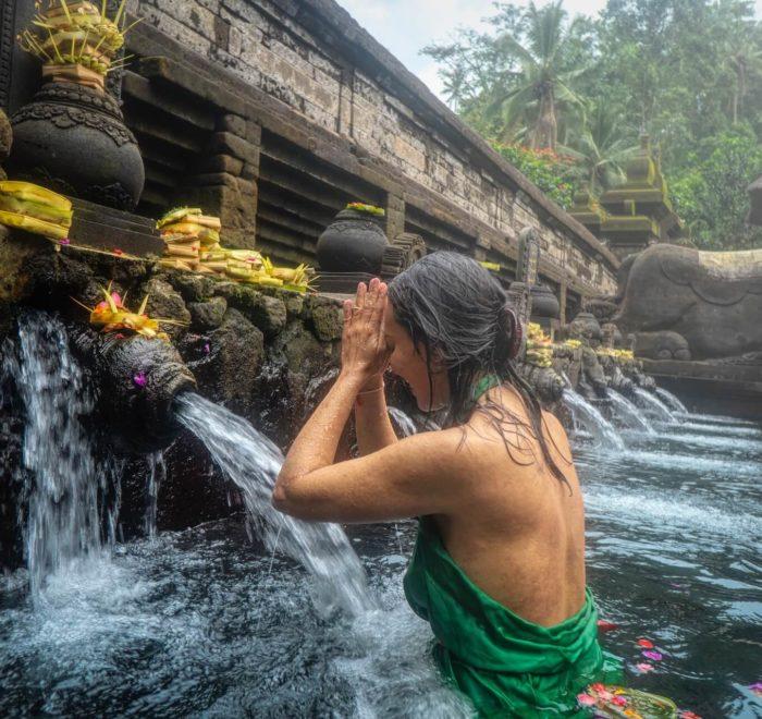 Participation à un rituel de purification par l'eau sacrée