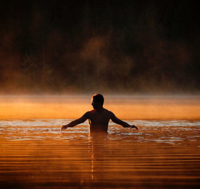 Baignade dans un lac de forêt | © Harri Tarvainen, VisitFinland